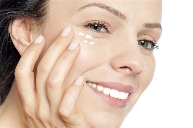 Dùng kem dưỡng mắt Dermesse để ngăn ngừa tình trạng lão hóa da mắt