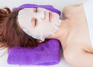 Sử dụng mặt nạ giấy trong dưỡng ẩm