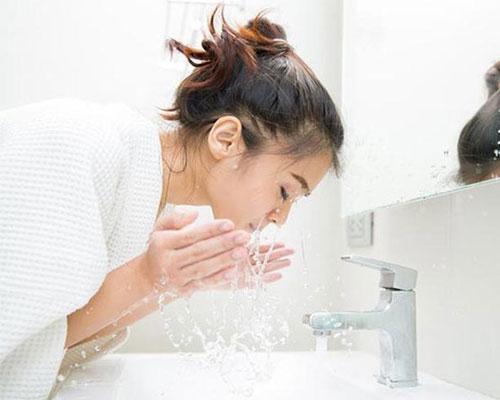 Rửa mặt bằng nước muối mang lại hiệu quả tuyệt vời cho da