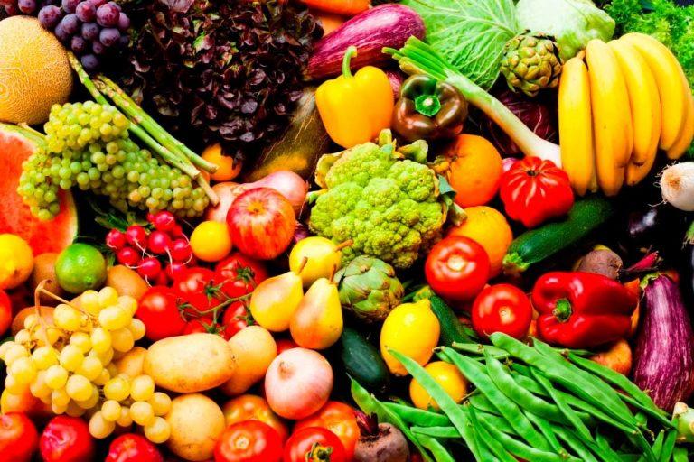 Ăn nhiều rau củ, quả chứa nhiều vitamin để chăm sóc mắt