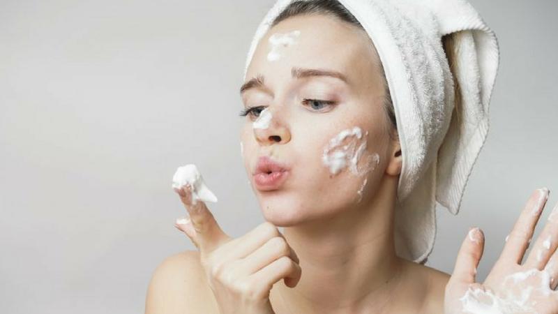 rửa mặt sai cách gây tổn thương da