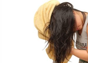 lau khô tóc bằng khăn làm tóc tổn thương