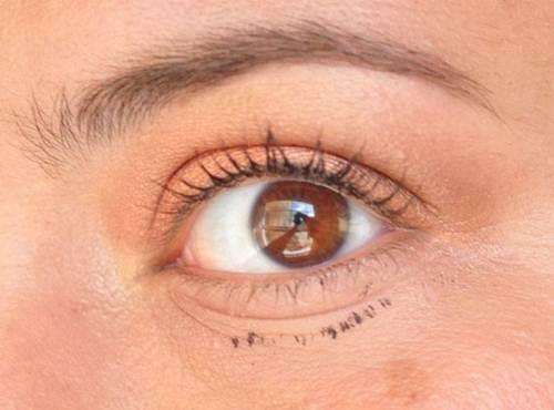 son dưỡng môi làm sạch mascara bị lem